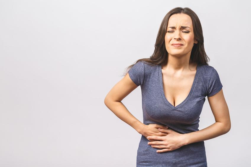 Kobieta trzymająca się w boku, a także gdzie boli wyrostek, jak boli wyrostek