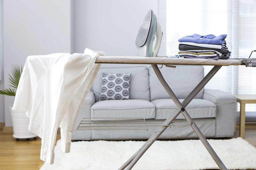 Deski do prasowania zazwyczaj mają stelaż wykonany ze stali nierdzewnej lub metalu. Blat deski może być zrobiony z wyściełanej płyty paździerzowej.
