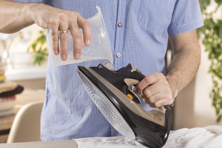 Wlewanie wody do żelazka, a także porady, jak zrobić wodę destylowaną w domu