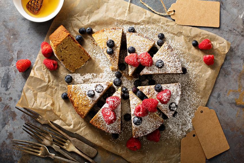 Ciasto bezglutenowe z owocami na drewnianej desce, a także przepisy na ciasta bez glutenu