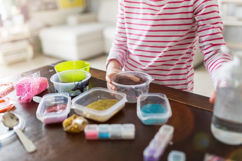 Dziewczynka robiąca glutka, czyli porady, z czego prosto i jak zrobić slime