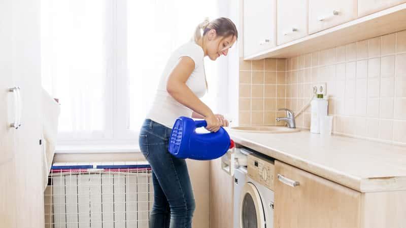 Kobieta stosująca płyn do prania Lovela w czasie prania, a także porady, informacje, cena i zastosowanie płynu Lovela