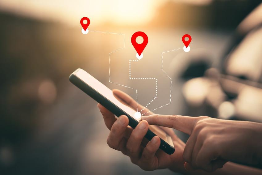Telefon z pokazanymi lokalizacjami, czyli porady, jak namierzyć telefon i zlokalizować numer