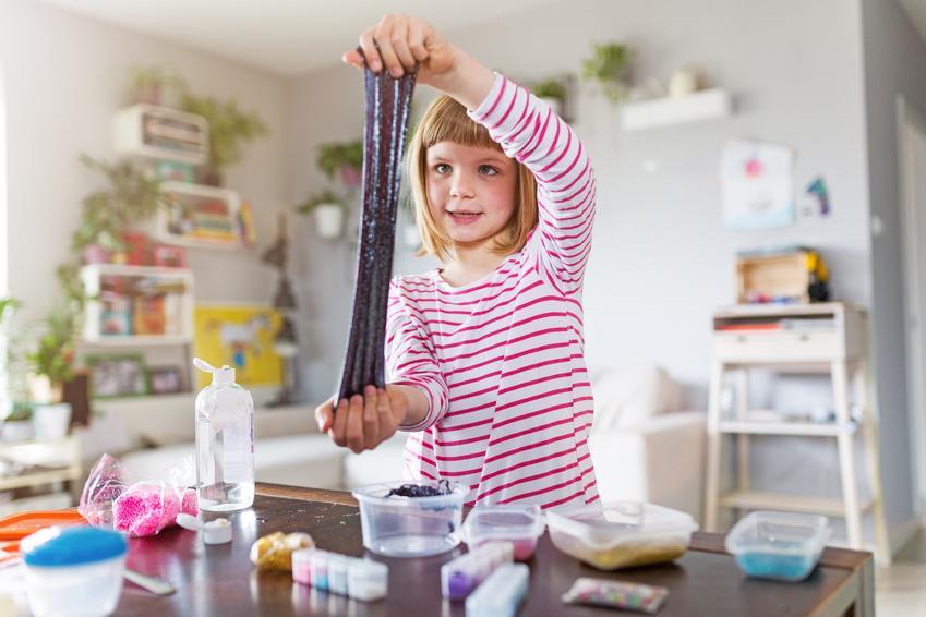 Dziecko bawiące się glutem, a także jak się robi gluta do zabawy