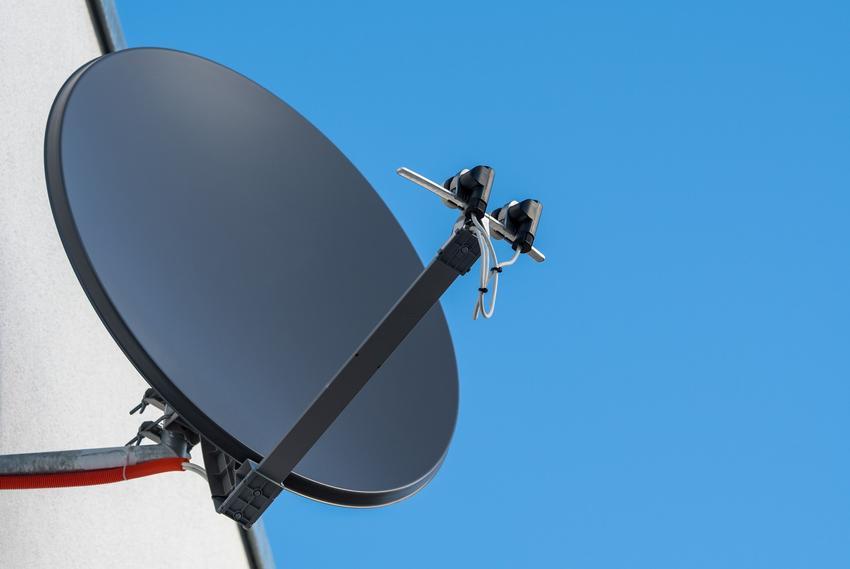 Talerz anteny satelitarnej na tle nieba oraz jak ustawić antenę satelitarną