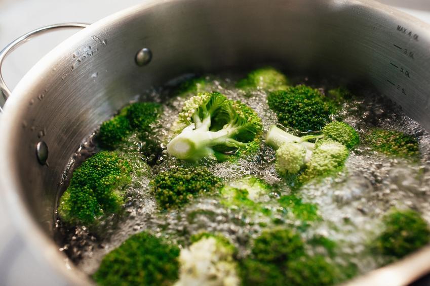 Brokuły gotujące się w garnku, a także sposoby i przepisy, jak gotować brokuły