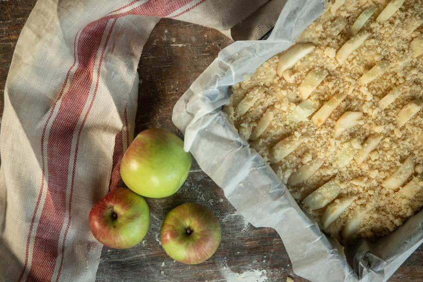 Ciasto drożdżowe z jabłkami i kruszonką, a także prosty i pyszny przepis na jabłecznik