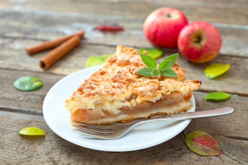 Szarlotka na talerzyku oraz jabłka, a także prosty i pyszny przepis na jabłecznik