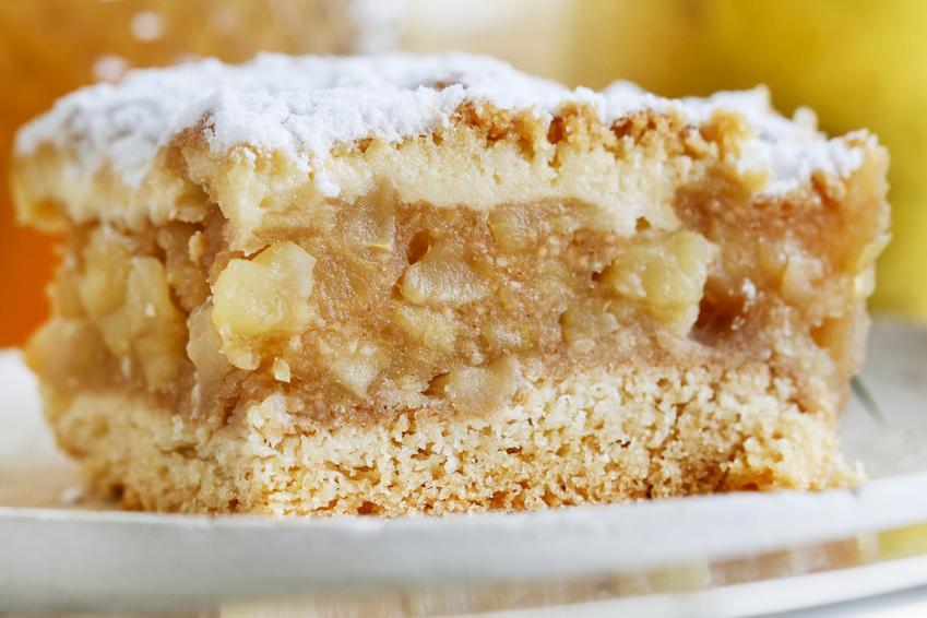 Ciasto ucierane z jabłkami na talerzu oraz prosty i pyszny przepis na jabłecznik
