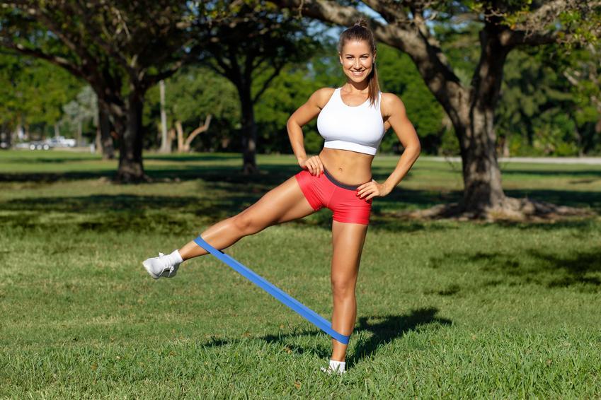 Kobieta podczas ćwiczeń na świeżym powietrzu oraz jak wzmocnić odporność, w jaki sposób podwyższyć odporność