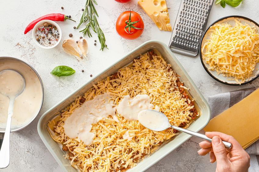 Gotowy sos beszamelowy wykładany na zapiekankę, a także jak zrobić beszamel