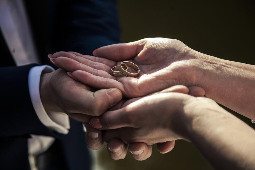 Obrączki w dłoniach, a także na której ręce nosi się obrączkę, na którym palcu nosi się obrączkę