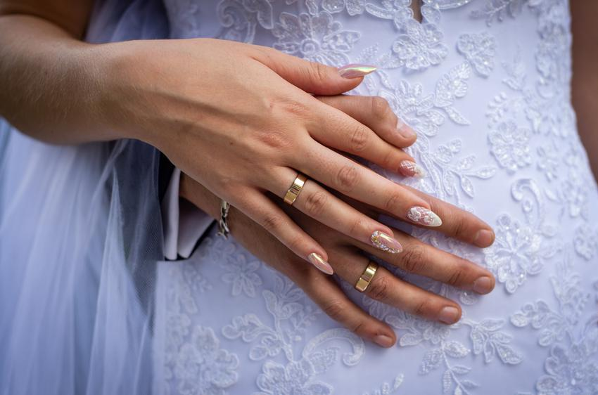 Obrączki pary młodej oraz na której ręce nosi się obrączkę, na którym palcu nosi się obrączkę