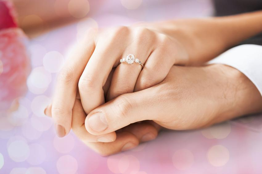 Pierścionek zaręczynowy na palcu, a także na której ręce nosi się pierścionek zaręczynowy