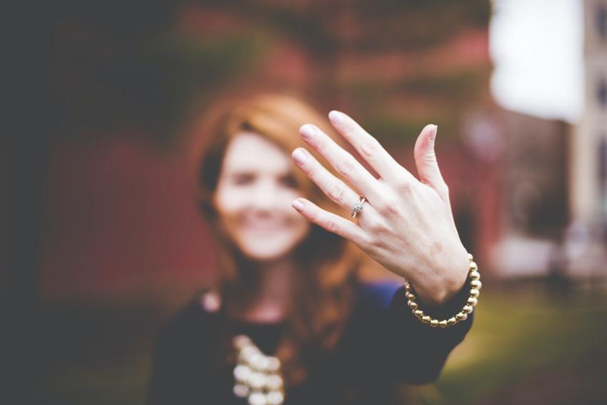 Czym się kierować wybierając pierścionek zaręczynowy?