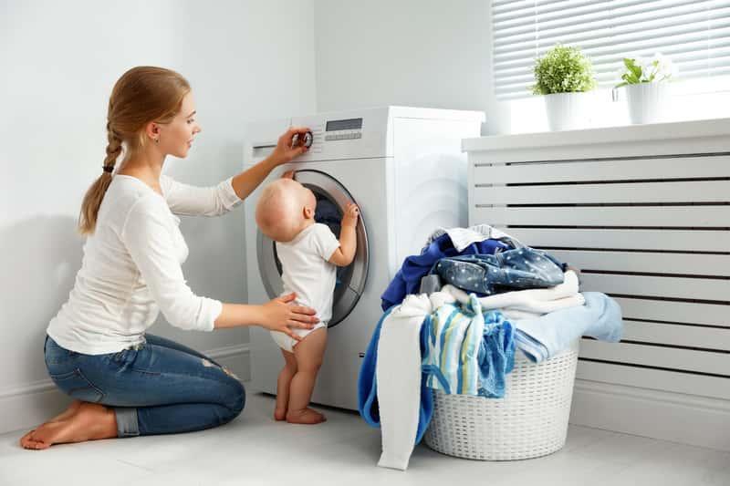 Dziecko obserwujące pranie w proszku Dzidziuś, a także opinie o marce, rodzaje, ceny oraz zastosowanie i opinie użytkowników