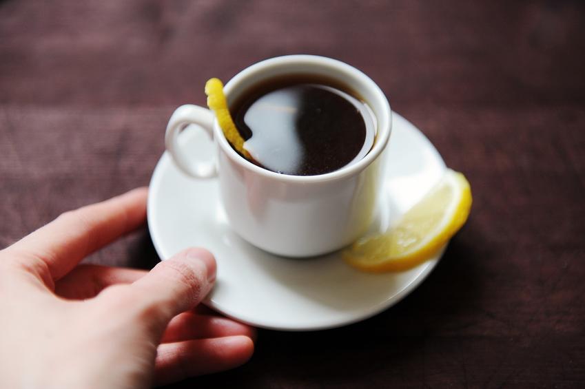 Kawa z cytryną w filiżance na stole, a także przepis na espresso romano i jego działanie
