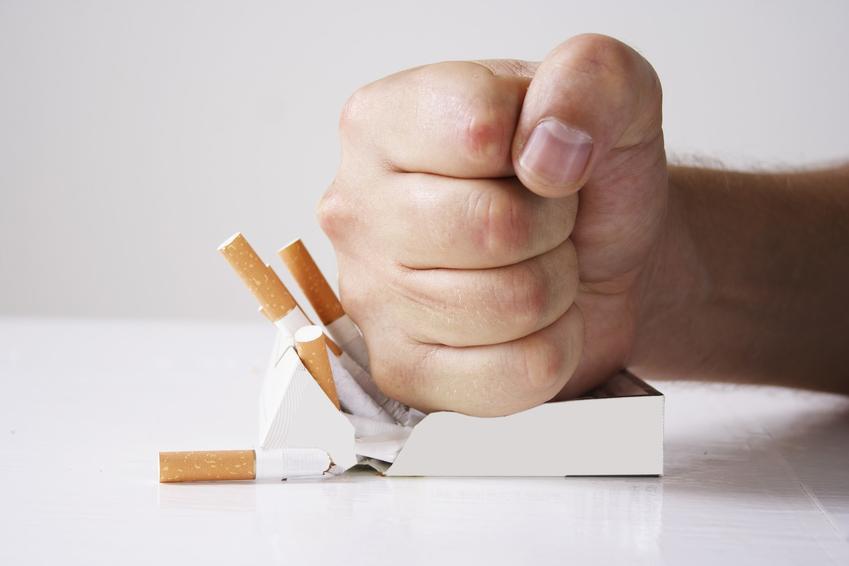 Pięść zgniatająca paczkę papierosów, a także oczyszczanie płuc, czy płuca palacza się regenerują i jak długo