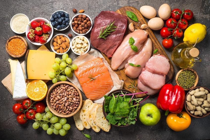 Stół pełen zdrowych produktów spożywczych, a także jak przytyć i dieta na przytycie