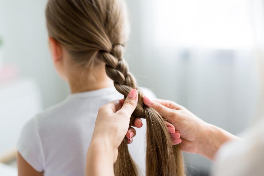 Plecenie warkocza na włosach dziewczynki, a także jak zrobić warkocz i zapleść warkocz