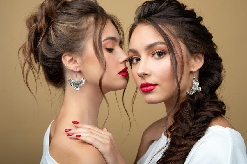 Dwie piękne kobiety z warkoczami, a także jak zrobić warkocz i zapleść warkocz danego rodzaju