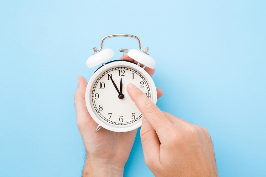 Zegarek na niebieskim tle, a także zmiana czasu na zimowy i na letni w Polsce