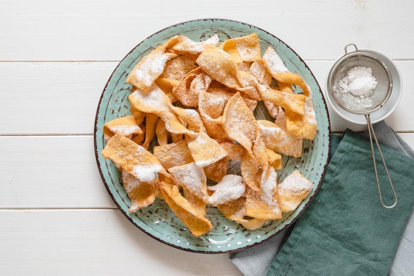 Chrusty lub faworki na talerzu, a także przepis na chrusty i porady jak zrobić