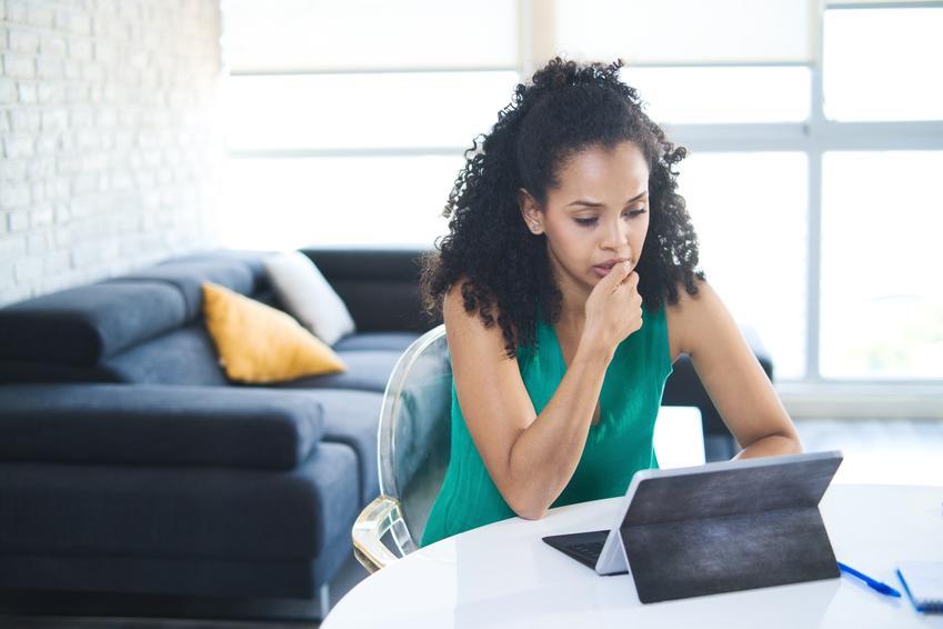 Kobieta obgryzająca paznokcie przed komputerem oraz obgryzanie paznokci u dorosłych