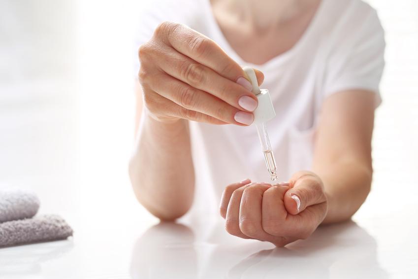 Kobieta aplikująca odżywkę na paznokcie, a także skuteczna dobra odżywka do paznokci, cena