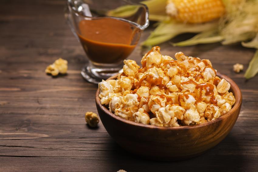 Popcorn karmelowy na stole oraz przepis, jak zrobić popcorn karmelowy krok po kroku