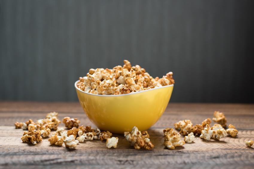 Popcorn karmelowy w misce na stole oraz przepis, jak zrobić popcorn karmelowy krok po kroku