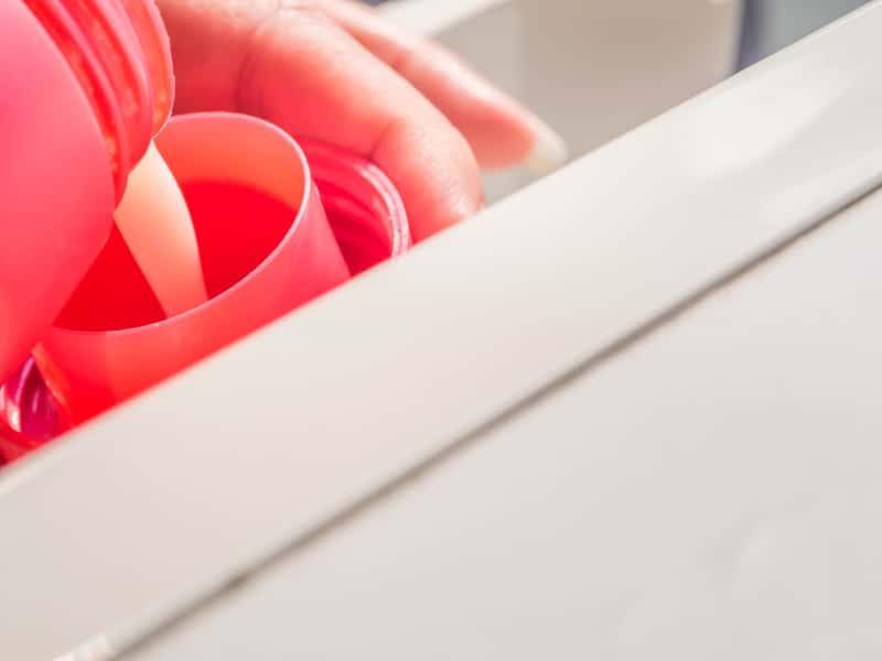 Różowy płyn do plukania Coccolino nalewany do dozowniczka, a także zastosowanie, rodzaje, zapachy, działani ei opinie