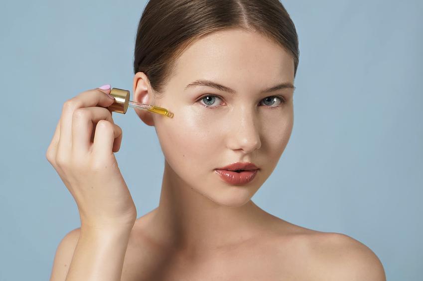 Kobieta stosująca olejek arganowy na twarz, a także inne porady, jak stosować olejek arganowy