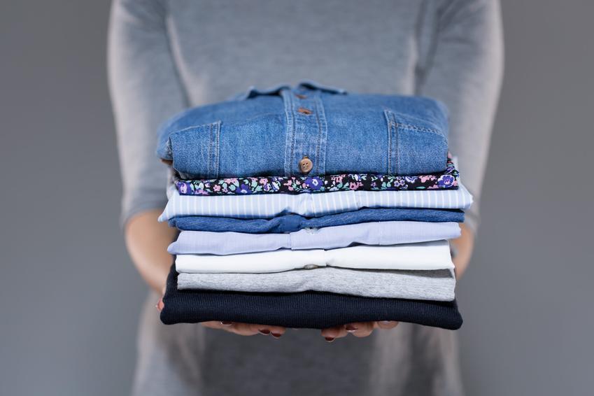 Poskładane ubrania w kostkę, a także porady, jak składać ubrania różnego rodzaju
