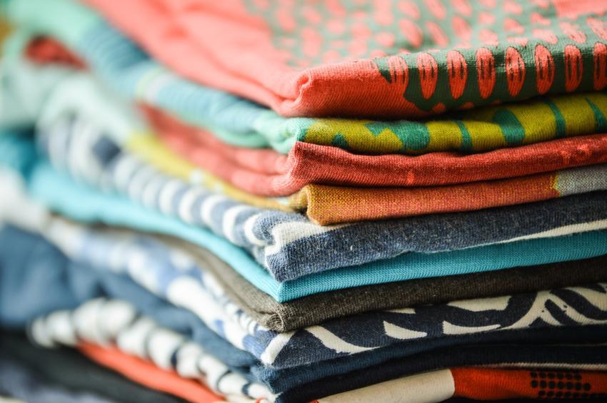 Poskładane koszulki w kostkę oraz wskazówki i porady, jak składać ubrania, w tym spodnie i koszule