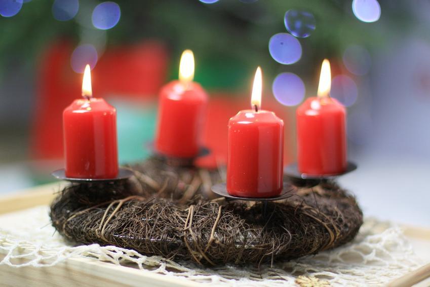 Świąteczny wieniec adwentowy z płonącymi świeczkami, a także symbolika, znaczenie i ciekawostki