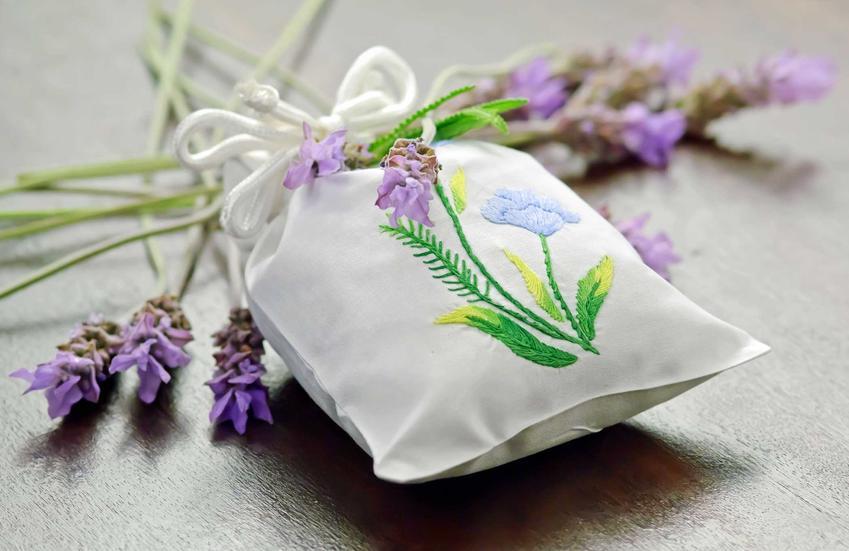 Lawendowy zapach do szafy w woreczku i gałązki lawendy, a także podpowiedzi, jak zapach do szafy wybrać