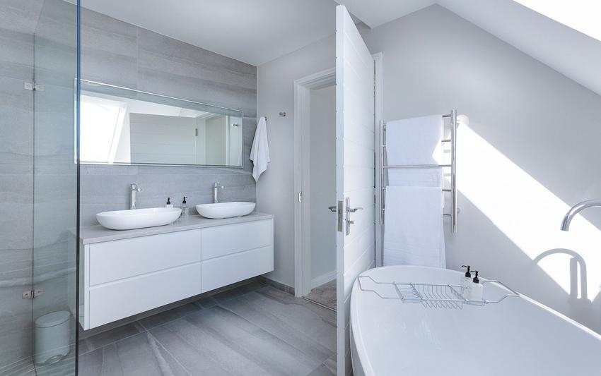 Płytki łatwe do czyszczenia w łazience - jak je wybrać, żeby się nie męczyć