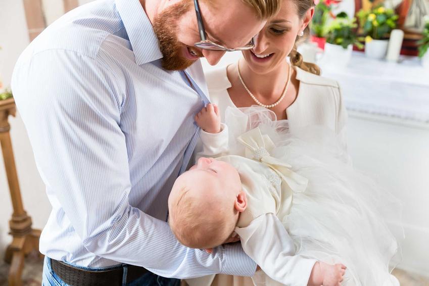 Strój na chrzciny dla rodziców i chrzestnych trzymających dziecko, a także najlepsze sukienki i stylizacje na chrzciny