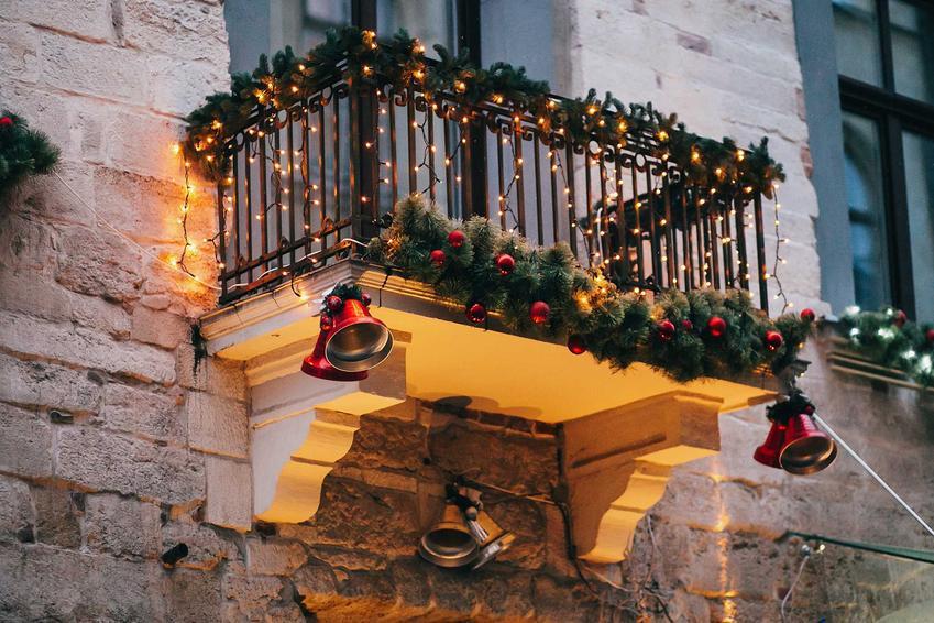 Balkon udekorowany zielonymi igiełkami i światełkami, a także jak udekorować balkon i taras przed świętami