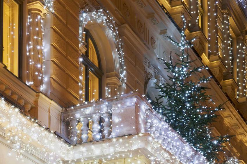 Balkon udekorowany białymi światełkami i choinką, a także jak ozdobić balkon i taras na święta krok po kroku
