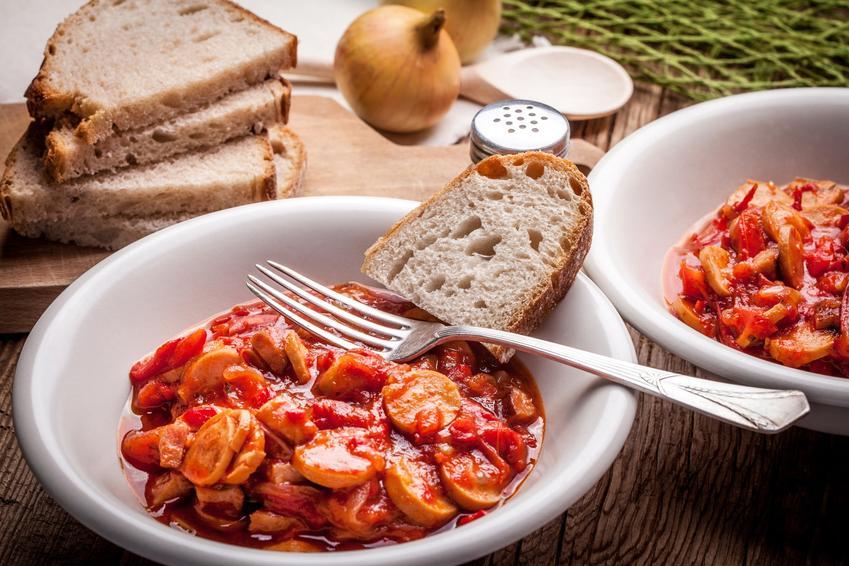 Leczo z chlebem na talerzu, a także przepis, porady i wskazówki, jak zrobić leczo