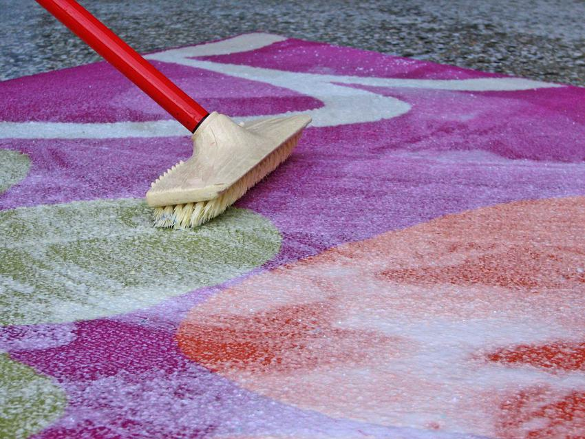Środki do prania dywanów są bardzo łatwe w zastosowaniu. Wystarczy je rozprowadzić po dywanie, by wniknęły pomiędzy włókna.