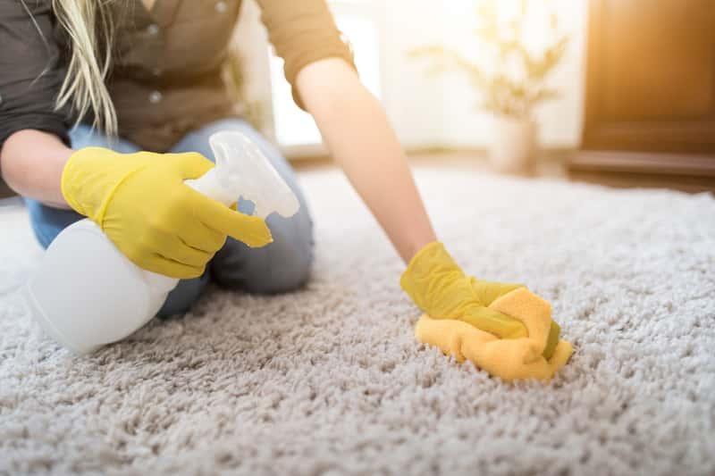 Ręczne pranie dywanu o grubym włosiu, a także najlepsze środki do domowego prania dywanów krok po kroku