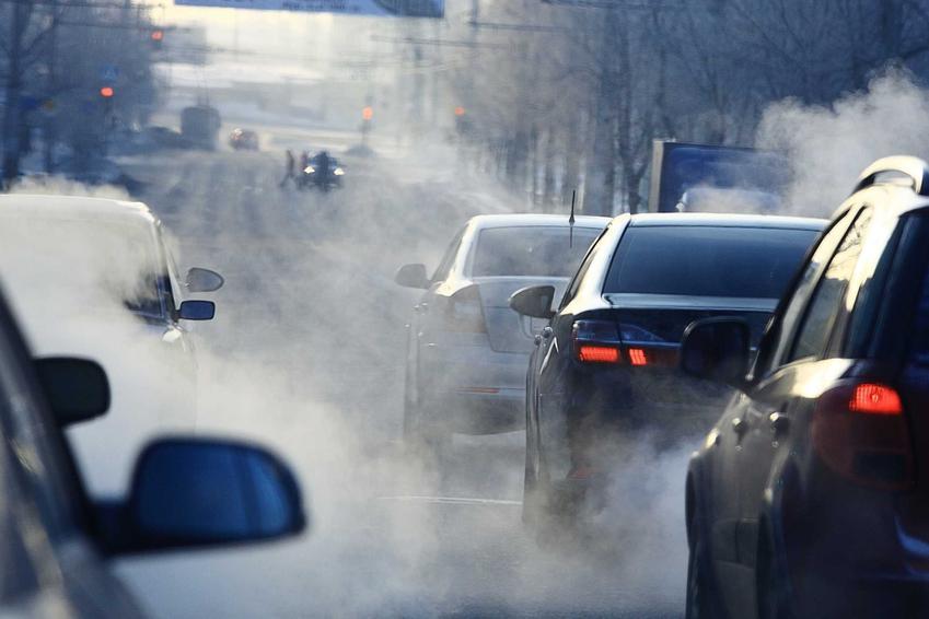 Smog w mieście wokół samochodów na ulicy, a także informacje, jak powstaje smog krok po kroku
