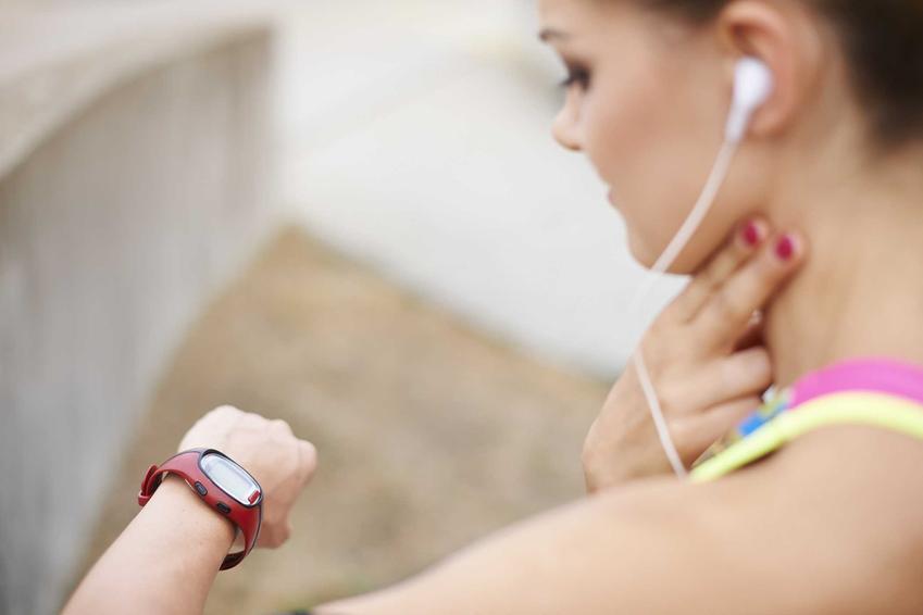Kobieta mierząca sobie tętno na szyi, a także informacje, jak mierzyć tętno krok po kroku i jakie powinno być tętno