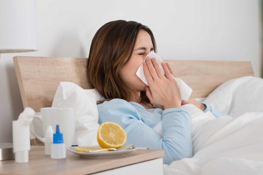 Kobieta leżąca w łóżku z katarem i stosująca domowe sposoby na katar, a także jak odetkać nos krok po kroku