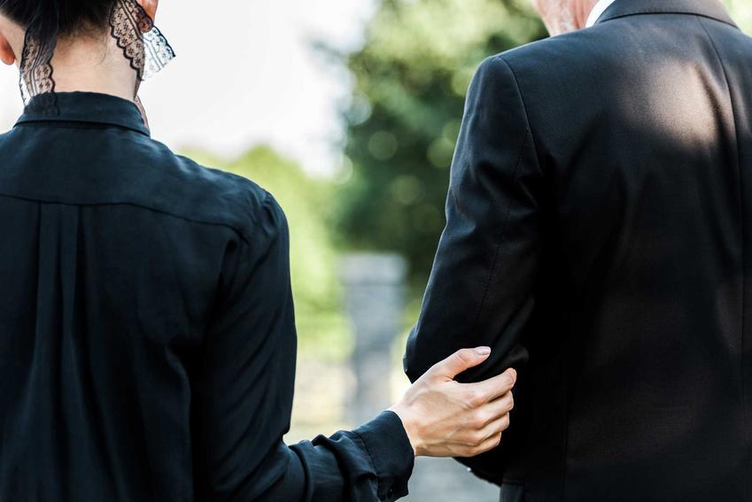 Para żegnająca zmarłego przy grobie, a także jaki ubiór na pogrzeb dla rodziny i dalszych znajomych