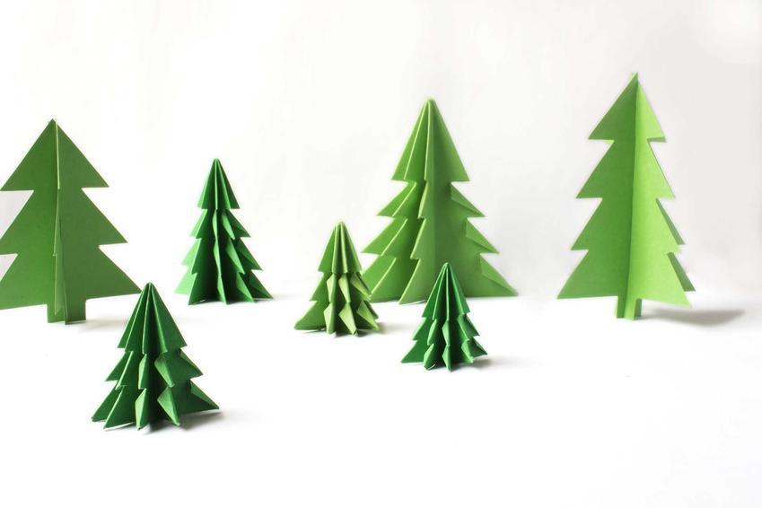 Zielone choinki z papieru 3D na białym tle, a także, jak zrobić choinkę z papieru - origami DIY krok po kroku