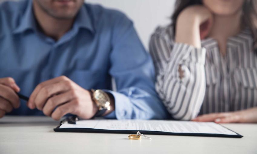 Para podczas pisania pozwu rozwodowego, na którym leżą obrączki, a także, jak napisać pozew rozwodowy krok po kroku